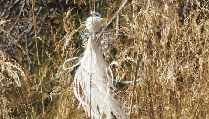 Elsie Cream er ute og flyr blant høstens farger- med sin kremfargede kjole og paljetter i gull.