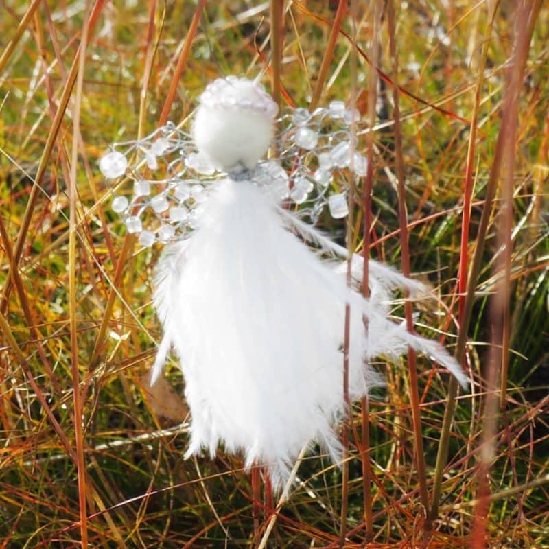 Baba-engler med hvite fjær